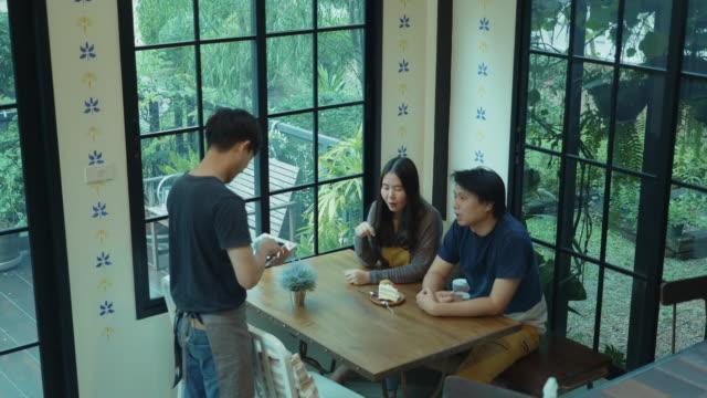 カフェでコーヒーを注文する東南アジアの若いカップル - カフェ文化点の映像素材/bロール