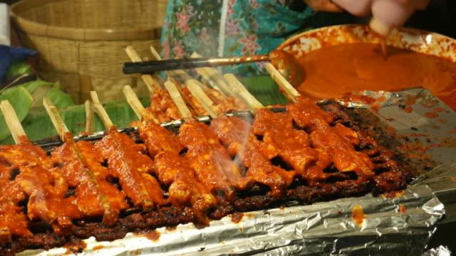 vídeos de stock, filmes e b-roll de sul do frango satay, tailândia - comida salgada