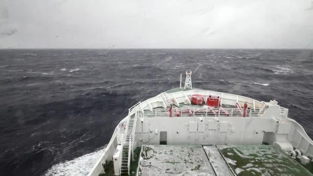 southern ocean cruising at heavy seas - ruvido video stock e b–roll