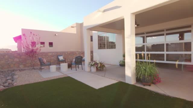 vídeos de stock e filmes b-roll de southwest home backyard panning from sunrise flare - mansão imponente