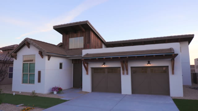 vídeos de stock e filmes b-roll de southwest white home morning front exterior rise and lower - house garage