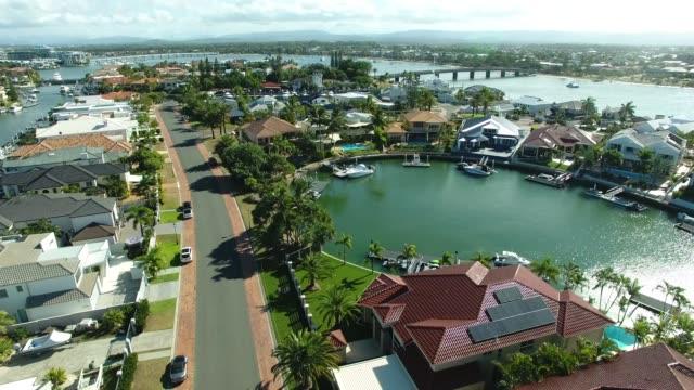 sovereign ön, paradise point, guldkusten, australien flygfoto - flod vatten brygga bildbanksvideor och videomaterial från bakom kulisserna