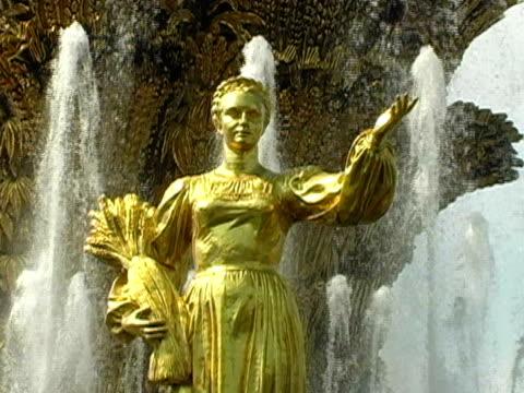 unione sovietica fontana di statua, motherland falcetto donna - rappresentazione umana video stock e b–roll