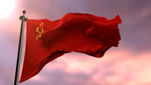 sowjetunion fähnchen im wind bei sonnenuntergang, schleife - kommunismus stock-videos und b-roll-filmmaterial