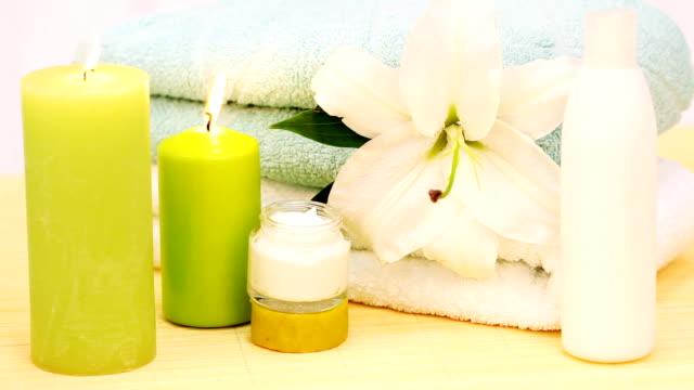 vidéos et rushes de décoration du spa. serviettes, bougies et crème. - soin spa