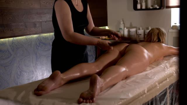 spamassage. aroma oljemassage. kvinna lokking på kameran och ler - massageterapeut bildbanksvideor och videomaterial från bakom kulisserna
