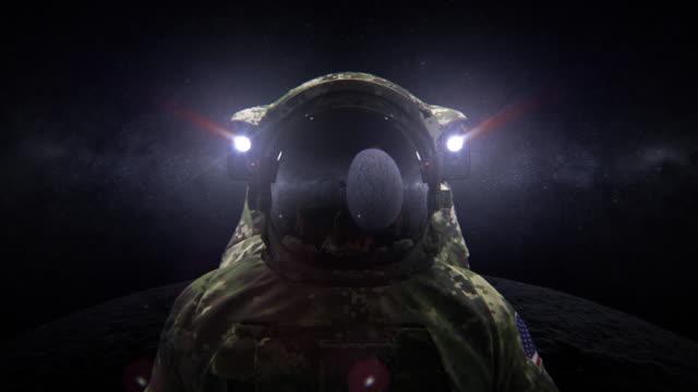 space force soldat im tarnanzug auf dem mond 3d animation - raumanzug stock-videos und b-roll-filmmaterial