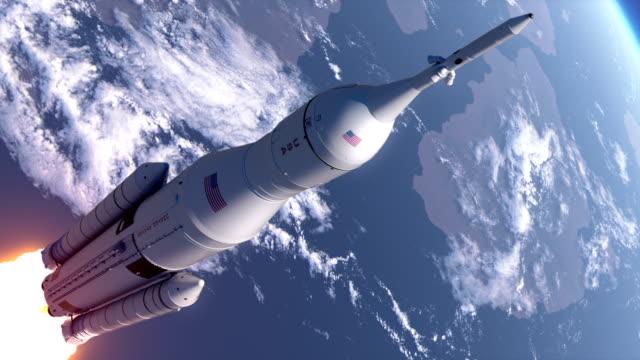 raum einführung system nimmt im stratosphere - rakete stock-videos und b-roll-filmmaterial