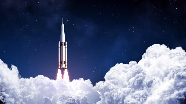 space launch system startet auf dem hintergrund von blue sky. zeitlupe. - rakete stock-videos und b-roll-filmmaterial