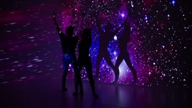 vidéos et rushes de projection de l'espace sur le couple de danseur - image projetée