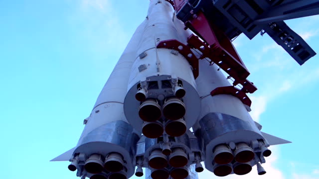 space rocket bereit für den start - rakete stock-videos und b-roll-filmmaterial