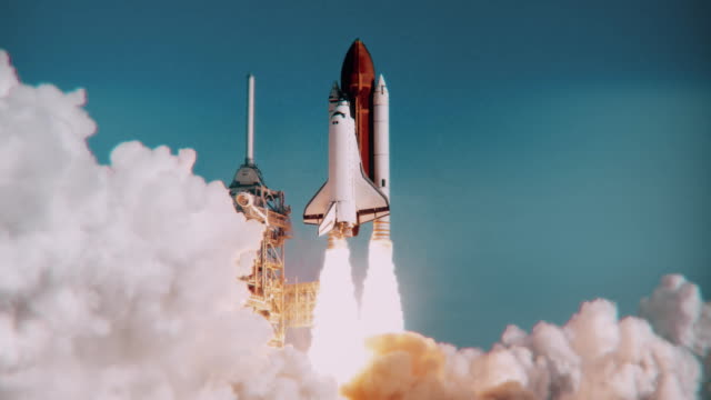 lancio dello space shuttle al rallentatore. (logo nasa rimosso) - astronomia video stock e b–roll