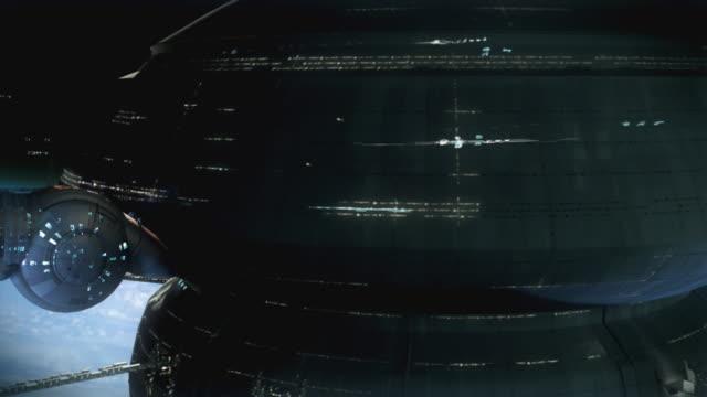 Spaceships Sie von einem riesigen space station über dem Planeten sufrace. – Video