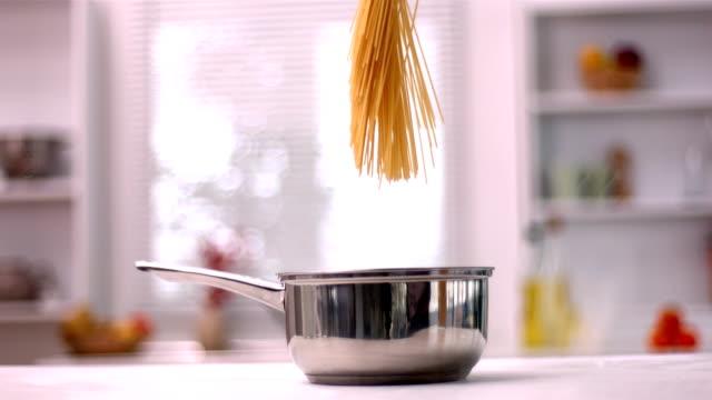 vidéos et rushes de spaghetti tombant dans un pot - spaghetti renversé