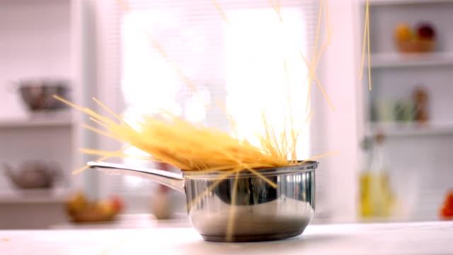 vidéos et rushes de spaghetti tomber dans une casserole - spaghetti renversé