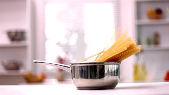 vidéos et rushes de spaghetti tomber dans la casserole - spaghetti renversé