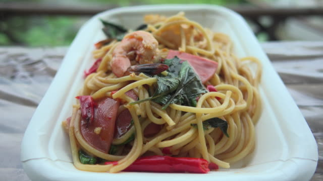 spaghetti fried mit garnelen dolly shot - spaghetti stock-videos und b-roll-filmmaterial