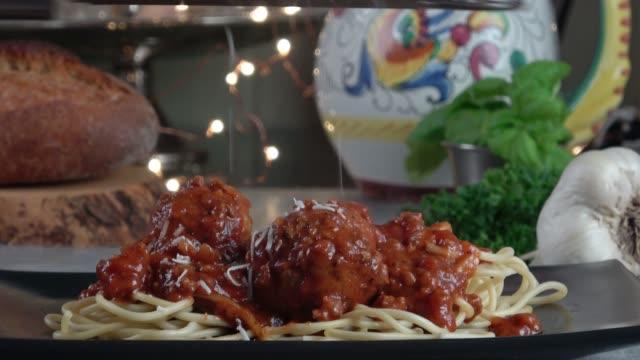 vidéos et rushes de spaghettis aux boulettes de viande bolognaise - spaghetti bolognaise