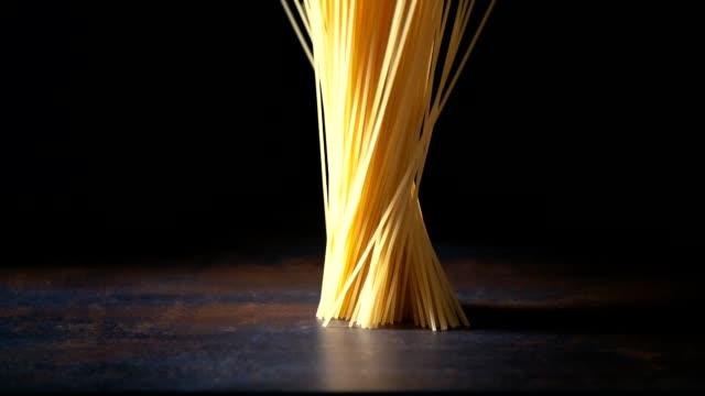 vídeos de stock, filmes e b-roll de macarrão espaguete caindo - seco