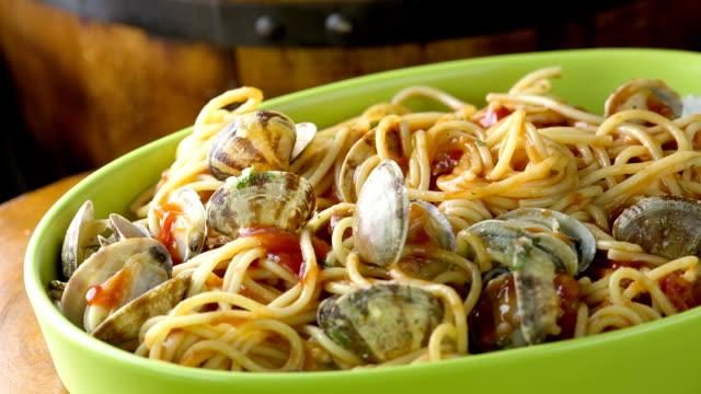 vídeos de stock, filmes e b-roll de espaguete - louça