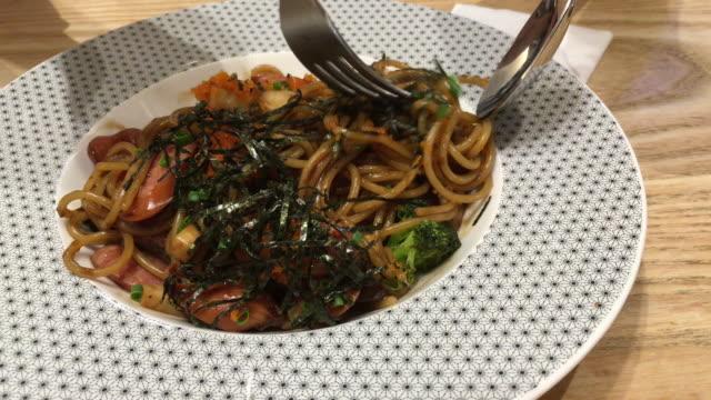 vídeos de stock, filmes e b-roll de espaguete - comida salgada