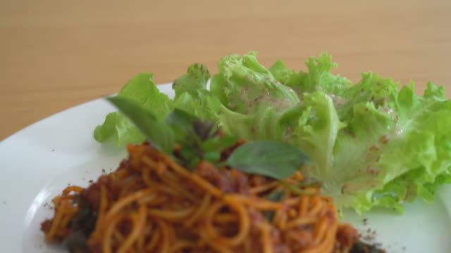 spaghetti with pork and tomatoes sauce video