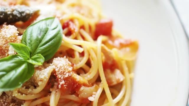 spaghetti al sugo di pomodoro, foglia di basilico - cucina italiana video stock e b–roll