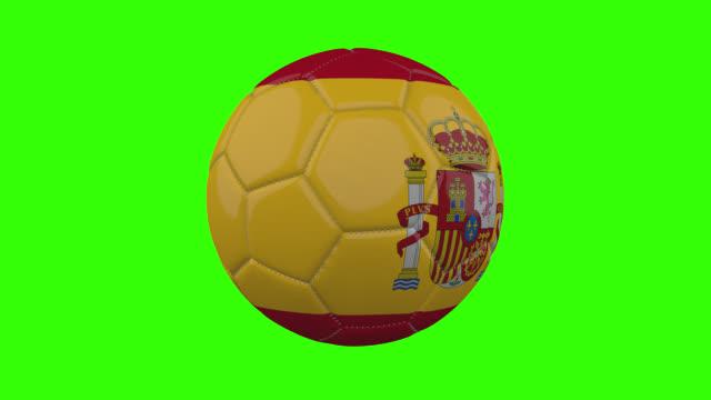 vídeos de stock, filmes e b-roll de bandeira da espanha na bola gira em fundo alfa verde transparente, loop - futebol internacional