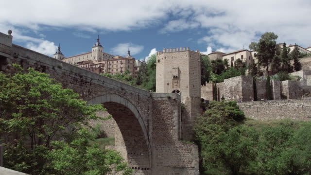 vídeos de stock e filmes b-roll de spain pov walk on ancient streets of toledo old town - castle