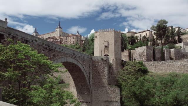 vídeos de stock, filmes e b-roll de espanha pov pé nas antigas ruas da cidade velha de toledo - castelo