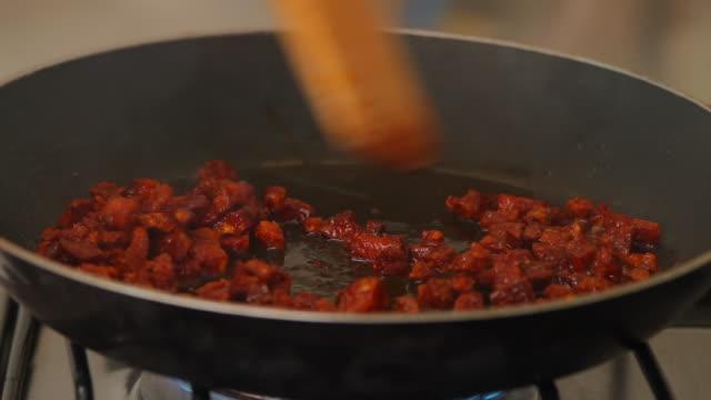 vídeos y material grabado en eventos de stock de chorizo español con cebollas (hd - comida española