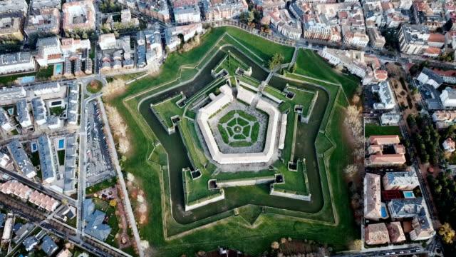 ペンタグラムの形をした要塞とハカのスペインの都市 - 各国の観光地点の映像素材/bロール