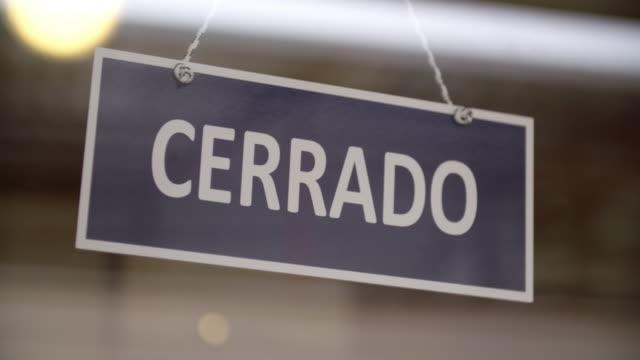 spanisches geschlossenes zeichen - geschlossen allgemeine beschaffenheit stock-videos und b-roll-filmmaterial