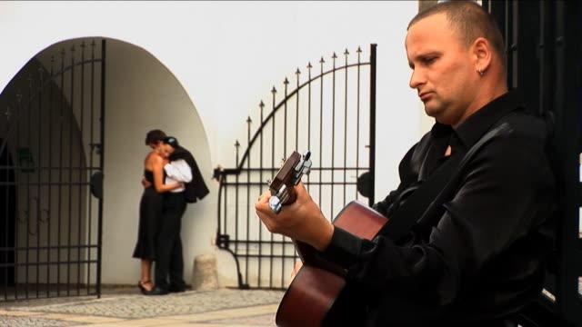 スペインのラテンギタープレーヤーをロマンティックなカップルにアルゼンチン ビデオ