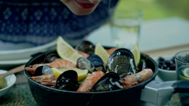 vídeos y material grabado en eventos de stock de almuerzo español paella - comida española