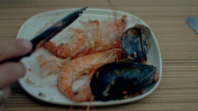 Español almuerzo. Gambas y mula - vídeo