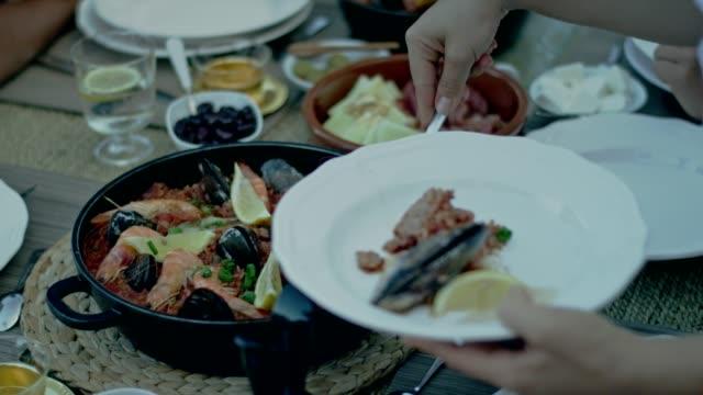 vídeos y material grabado en eventos de stock de español almuerzo con una vista - comida española