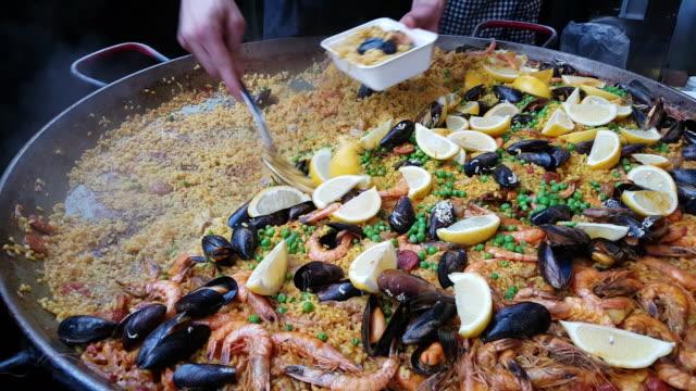 Paella espagnole en préparation sur le marché des produits alimentaires - Vidéo