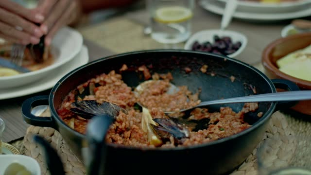 vidéos et rushes de spanish la paella de fruits de mer - risotto