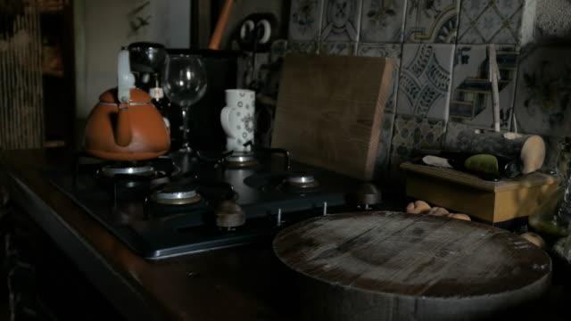 tortilla española casera con ventanas de luz en la cocina - vídeo