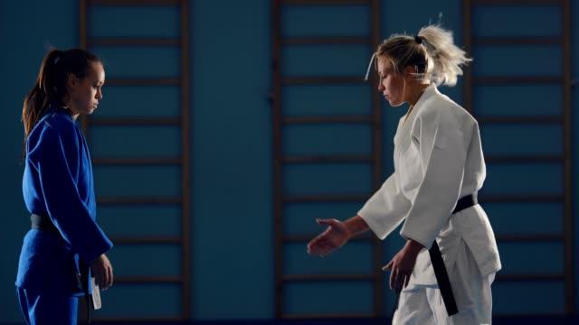 vídeos de stock, filmes e b-roll de poupando judocas. início da batalha, cumprimentando os atletas. - artes marciais