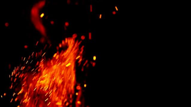scintilla di fuoco sfondo - fabbro ferraio video stock e b–roll