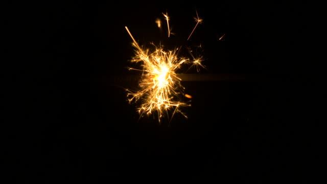 vídeos y material grabado en eventos de stock de bengala. un fuego de fuego de mano. - chispas