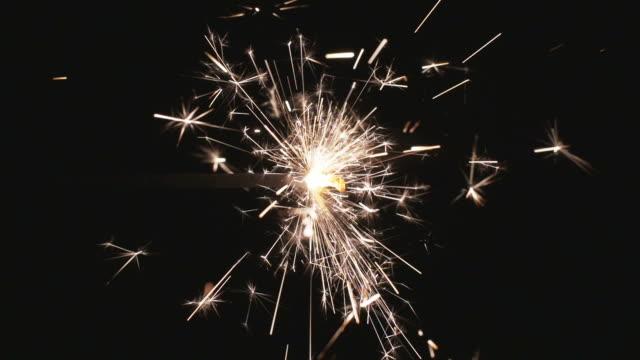 бенгальский огонь на черном фоне - new year стоковые видео и кадры b-roll