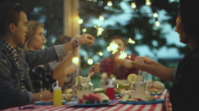 Wunderkerzen nach dem Abendessen – Video