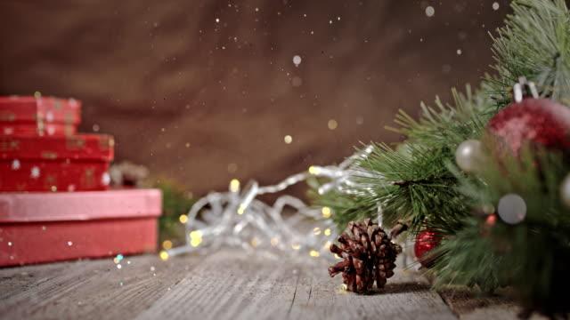 slo mo błyszczące błyszczyki spadające na choinkę - christmas background filmów i materiałów b-roll