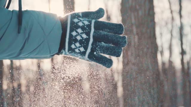 funkelnder schnee in der untergehenden sonne fliegt herunter - schneeflocke sonnenaufgang stock-videos und b-roll-filmmaterial