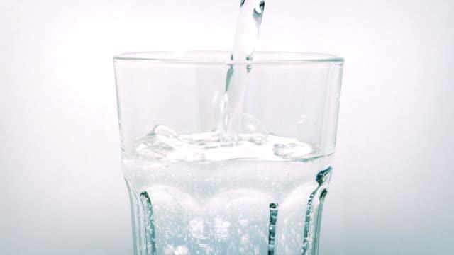 woda gazowana szklane leje w obracające się - tap water filmów i materiałów b-roll