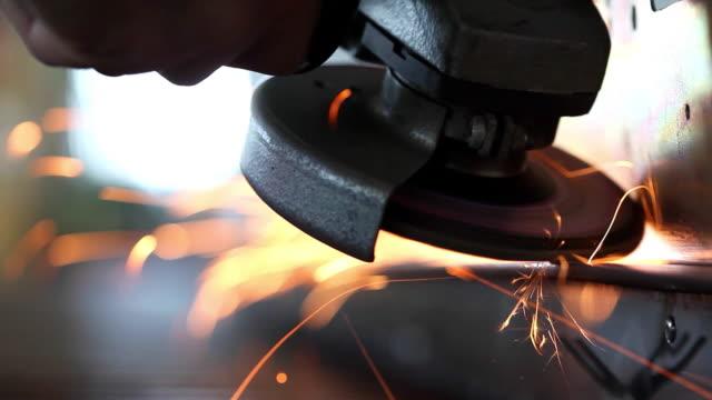 vídeos de stock e filmes b-roll de sparks from grinder at workshop - triturar atividade
