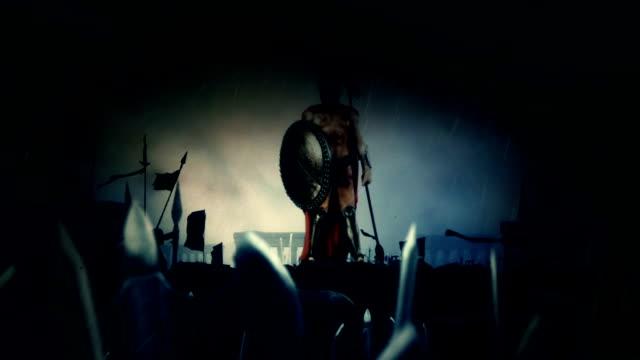 vídeos de stock, filmes e b-roll de soldado espartano após uma heroica batalha com seu enorme exército sob uma tempestade de raios e chuva - cultura grega